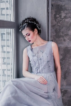 GRAY SLEEVELESS WEDDING DRESS WITH THE FLOWERS