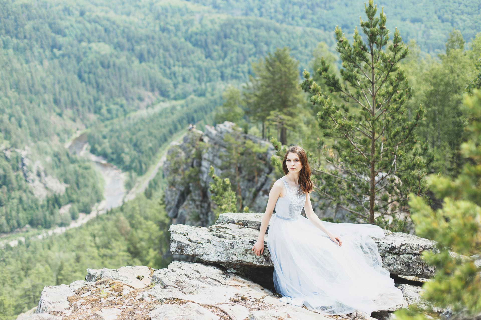 Photo-shoot-in-the-mountains-blue-wedding-dress-with-embroidery